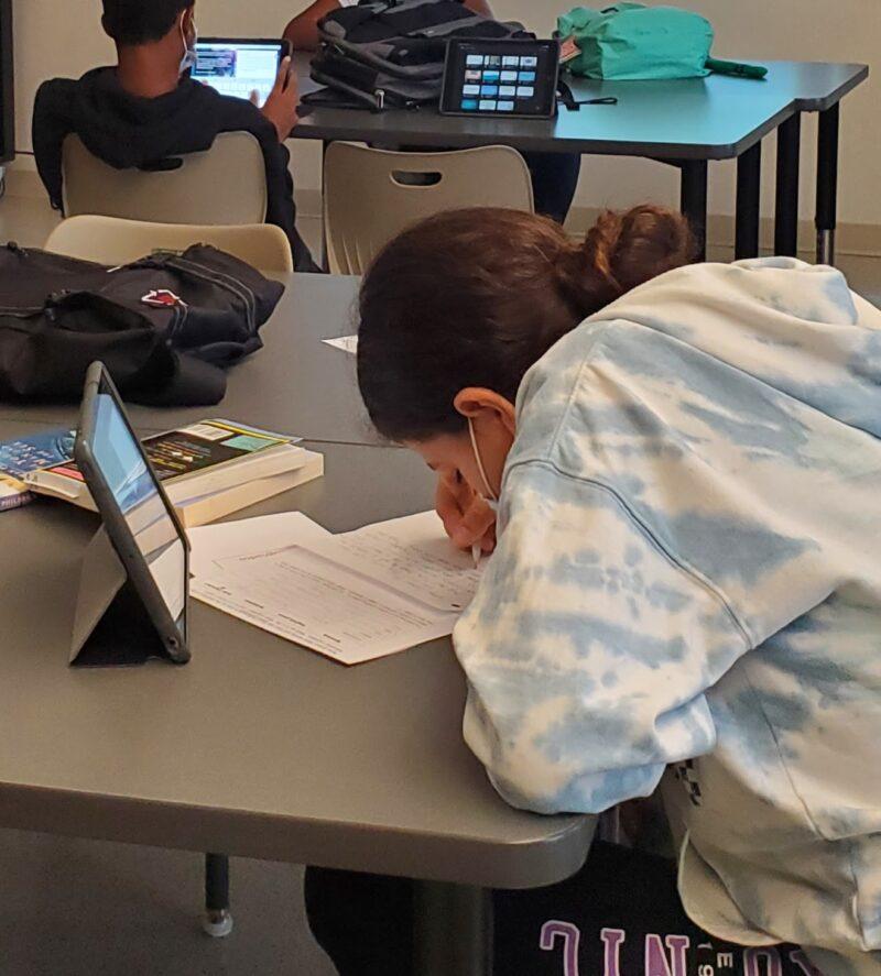 Gelecekteki kendine mektubunun taslağı üzerinde çalışan öğrenci
